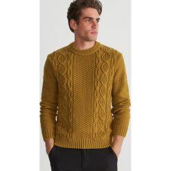 Sweter z ozdobnym splotem - Brązowy. Brązowe swetry przez głowę męskie Reserved, ze splotem. Za 159.99 zł.