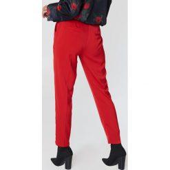 NA-KD Spodnie garniturowe z połyskiem - Red. Czerwone spodnie materiałowe damskie NA-KD. Za 161.95 zł.