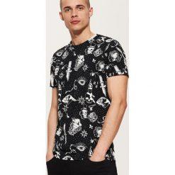 T-shirt z nadrukiem all over - Czarny. Czarne t-shirty damskie House, z nadrukiem. Za 39.99 zł.