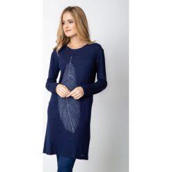 Długi granatowy sweter z piórem QUIOSQUE. Niebieskie swetry damskie QUIOSQUE, z dzianiny. Za 159.99 zł.