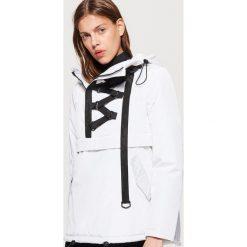 Kurtka typu anorak z taśmą - Biały. Białe kurtki damskie Cropp. W wyprzedaży za 69.99 zł.