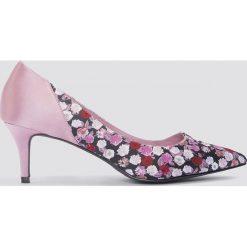 NA-KD Shoes Satynowe czółenka na średnim obcasie - Pink,Multicolor. Czółenka damskie marki bonprix. W wyprzedaży za 42.58 zł.