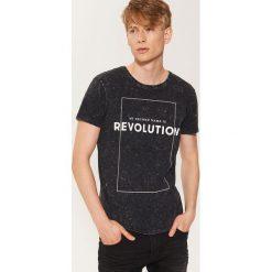 T-shirt z napisem - Czarny. Czarne t-shirty męskie House, z napisami. Za 49.99 zł.