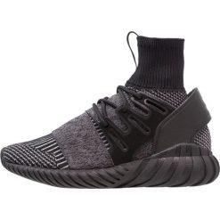 Adidas Originals TUBULAR DOOM PK Tenisówki i Trampki core black/grey four. Trampki męskie adidas Originals, z materiału. W wyprzedaży za 374.50 zł.
