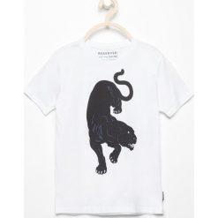 T-shirt z nadrukiem - Biały. Białe t-shirty dla chłopców Reserved, z nadrukiem. W wyprzedaży za 19.99 zł.