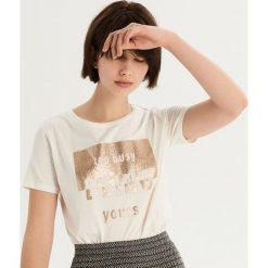 T-shirt ze złocistym nadrukiem - Kremowy. T-shirty damskie marki Sinsay. W wyprzedaży za 14.99 zł.