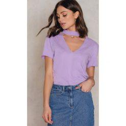 NA-KD T-shirt z dekoltem V - Purple. Fioletowe t-shirty damskie NA-KD, z bawełny, z chokerem. W wyprzedaży za 18.29 zł.