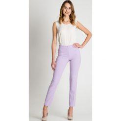 Jasnofioletowe spodnie w kant BIALCON. Szare spodnie materiałowe damskie BIALCON. W wyprzedaży za 129.00 zł.