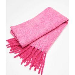 Ciepły szalik z frędzlami - Różowy. Czerwone szaliki i chusty damskie Cropp. Za 59.99 zł.