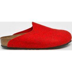 Birkenstock - Kapcie. Czerwone kapcie damskie Birkenstock, z gumy. W wyprzedaży za 199.90 zł.