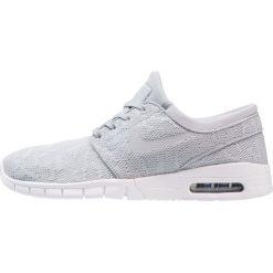 Nike SB STEFAN JANOSKI MAX Tenisówki i Trampki wolf grey/university red. Trampki męskie Nike SB, z materiału. W wyprzedaży za 449.10 zł.