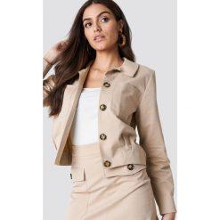 NA-KD Trend Krótka kurtka - Beige. Brązowe kurtki damskie NA-KD Trend, z tkaniny. Za 242.95 zł.