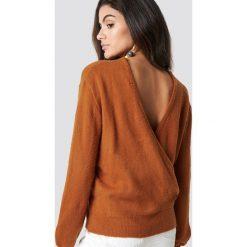 NA-KD Trend Dzianinowy sweter z kopertowym tyłem - Orange. Brązowe swetry damskie NA-KD Trend, z dzianiny, z kopertowym dekoltem. Za 121.95 zł.