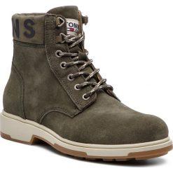 Kozaki TOMMY JEANS - Suede Boot EM0EM00235 Forest Night 307. Zielone kozaki męskie Tommy Jeans, z jeansu, eleganckie. Za 599.00 zł.