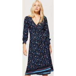 Kopertowa sukienka w kwiaty - Granatowy. Niebieskie sukienki damskie Cropp, w kwiaty, z kopertowym dekoltem. W wyprzedaży za 49.99 zł.