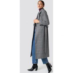NA-KD Dwurzędowy płaszcz w szkocką kratę - Grey. Szare płaszcze damskie NA-KD, w paski, z materiału. Za 323.95 zł.