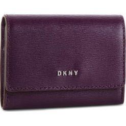 Mały Portfel Damski DKNY - Bryant Card Case Id R82Z3503 Brinjal 6BJ. Fioletowe portfele damskie DKNY, ze skóry. Za 289.00 zł.