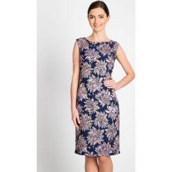 Żakardowa sukienka w kwiaty z połyskiem QUIOSQUE. Szare sukienki damskie QUIOSQUE, w kwiaty, z tkaniny, eleganckie, z kopertowym dekoltem, bez rękawów. W wyprzedaży za 89.99 zł.