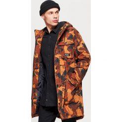 Zimowy płaszcz z kapturem - Khaki. Brązowe płaszcze męskie Cropp, na zimę. Za 269.99 zł.