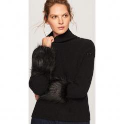 Sweter z futrzanym wykończeniem - Czarny. Czarne swetry damskie Reserved, z futra. Za 139.99 zł.