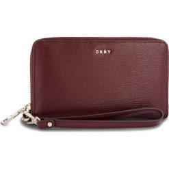 Duży Portfel Damski DKNY - Bryant Wristlet R83L3660 Blood Red XOD. Portfele damskie marki DKNY. W wyprzedaży za 379.00 zł.