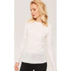 Sweter ze sztucznymi perłami - Kremowy. Białe swetry damskie House. Za 59.99 zł.