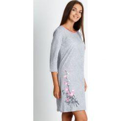 Szara piżama koszula nocna z kwiatem QUIOSQUE. Szare koszule nocne damskie QUIOSQUE, z nadrukiem, z bawełny. W wyprzedaży za 79.99 zł.