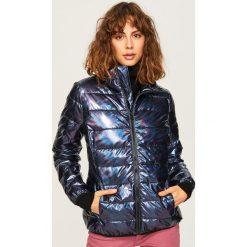 Pikowana kurtka o holograficznym połysku - Czarny. Czarne kurtki damskie Reserved. W wyprzedaży za 79.99 zł.
