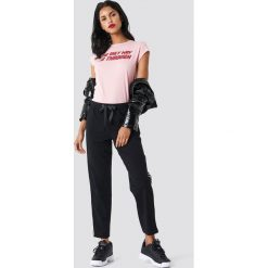 NA-KD T-shirt The Only Way - Pink. Różowe t-shirty damskie NA-KD, z nadrukiem, z bawełny. W wyprzedaży za 42.67 zł.