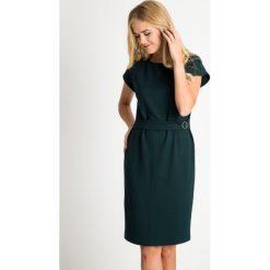 Zielona sukienka z ozdobnym paskiem QUIOSQUE. Zielone sukienki damskie QUIOSQUE, na jesień, w paski, z dzianiny, biznesowe, z kopertowym dekoltem, z krótkim rękawem. Za 199.99 zł.