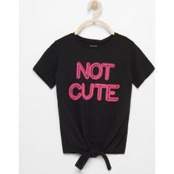 T-shirt z wiązaniem na dole - Czarny. T-shirty damskie marki bonprix. W wyprzedaży za 14.99 zł.