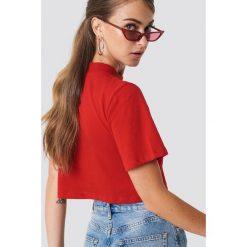 NA-KD Krótki t-shirt - Red. Czerwone t-shirty damskie NA-KD, z okrągłym kołnierzem. Za 52.95 zł.