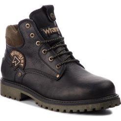 Trapery WRANGLER - Yuma Patch WM182003 Black 62. Czarne śniegowce i trapery męskie Wrangler, z materiału. W wyprzedaży za 339.00 zł.