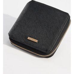 Mały portfel ze strukturalną powierzchnią - Czarny. Czarne portfele damskie Mohito. Za 39.99 zł.