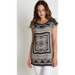 Luźna czarno-biała wiskozowa bluzka. BIALCON. Białe bluzki damskie BIALCON, w geometryczne wzory, z wiskozy, z okrągłym kołnierzem, z krótkim rękawem. W wyprzedaży za 106.00 zł.