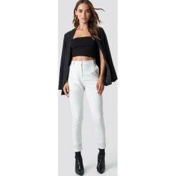 NA-KD Trend Spodnie garniturowe w prążki - White,Offwhite. Białe spodnie materiałowe damskie NA-KD Trend, w prążki. Za 202.95 zł.