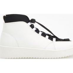 Sportowe buty za kostkę - Biały. Obuwie sportowe damskie marki Nike. W wyprzedaży za 79.99 zł.