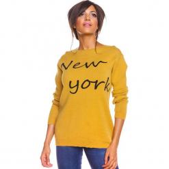"""Sweter """"New York"""" w kolorze musztardowym. Żółte swetry damskie So Cachemire, z kaszmiru, z dekoltem w łódkę. W wyprzedaży za 173.95 zł."""