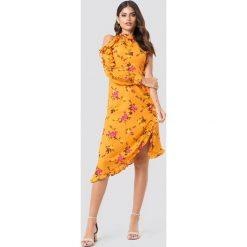 NA-KD Sukienka ze stójką i falbanką - Multicolor,Yellow. Sukienki damskie NA-KD, z asymetrycznym kołnierzem, z długim rękawem. Za 40.95 zł.