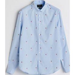 Koszula z motywem świątecznym - Niebieski. Niebieskie koszule męskie Reserved. Za 119.99 zł.