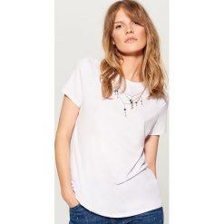 Koszulka z łańcuszkiem - Biały. Białe bluzki damskie Mohito. W wyprzedaży za 39.99 zł.