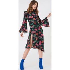 NA-KD Boho Asymetryczna sukienka z głębokim rozcięciem - Multicolor. Sukienki damskie NA-KD Trend, z asymetrycznym kołnierzem. Za 40.95 zł.