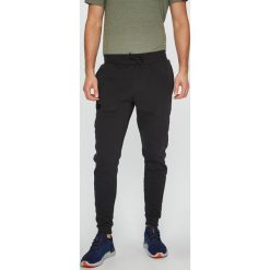 Under Armour - Spodnie Rival. Czarne spodnie sportowe męskie Under Armour, z bawełny. Za 229.90 zł.