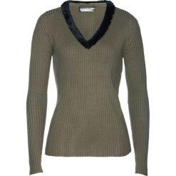Sweter ze sztucznym futerkiem bonprix jasnooliwkowy. Swetry damskie marki bonprix. Za 49.99 zł.