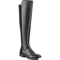 Muszkieterki CLARKS - Caddy Belle 261079044 Black Leather. Czarne kozaki damskie Clarks, z materiału. W wyprzedaży za 619.00 zł.