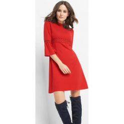 Sukienka z koronką. Czerwone sukienki damskie Orsay, na lato, w koronkowe wzory, z dzianiny, ze stójką. W wyprzedaży za 95.00 zł.