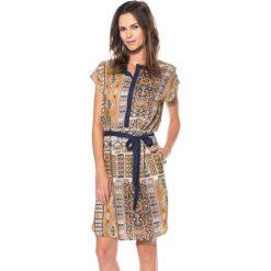 Wiskozowa sukienka ze stójką przy dekolcie BIALCON. Brązowe sukienki damskie BIALCON, z wiskozy, boho, ze stójką. W wyprzedaży za 145.00 zł.