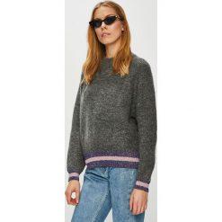 Pieces - Sweter. Szare swetry damskie Pieces, z dzianiny, z okrągłym kołnierzem. W wyprzedaży za 139.90 zł.