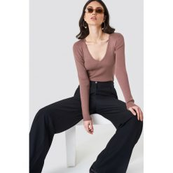 NA-KD Sweter basic w prążki - Pink. Brązowe swetry damskie NA-KD, z dzianiny, dekolt w kształcie v. Za 161.95 zł.