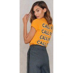 NA-KD Trend T-shirt Call 911 - Orange,Yellow. Pomarańczowe t-shirty damskie NA-KD Trend, z nadrukiem, z bawełny, z okrągłym kołnierzem. W wyprzedaży za 40.48 zł.